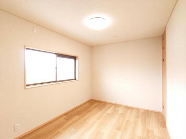 玄関 【リフォーム済】2階北側洋室は天井・壁のクロス貼替、床材の重張りを行いました。照明器具も交換しておりますので、明るいお部屋になりました。(2021.8.2撮影)
