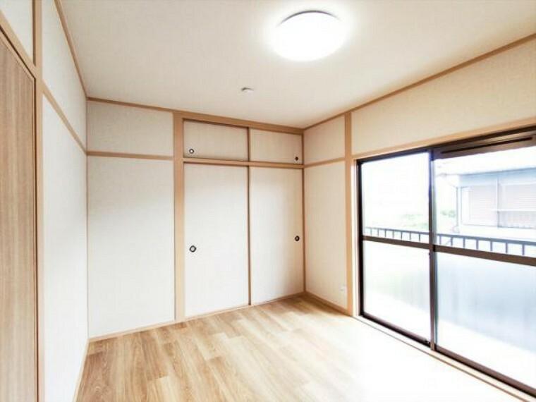【リフォーム済】2階の和室は天井・壁のクロス貼替え、床材の貼替を行い、洋室に変更しました。お子様のお部屋としても使いやすくなりましたよ。