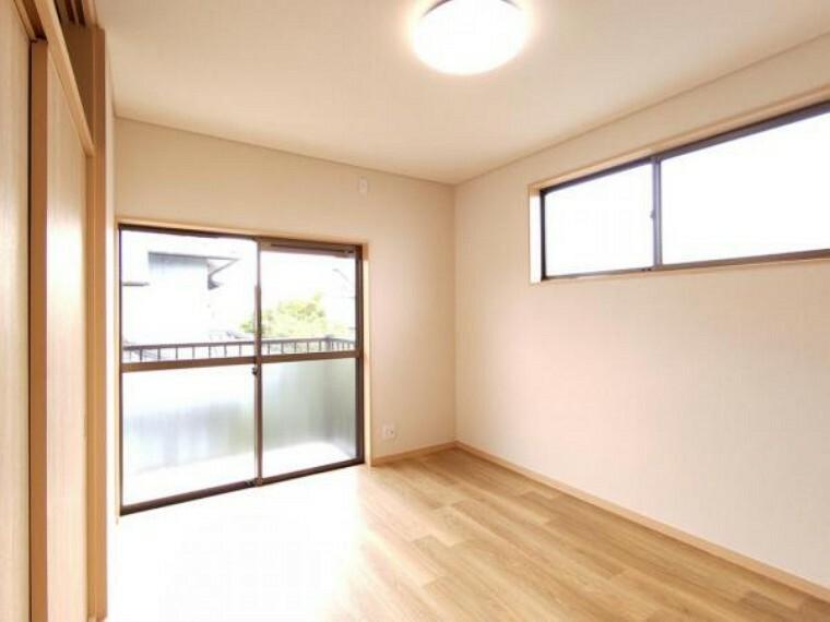 【リフォーム済】2階西側洋室は天井・壁のクロス貼替、床材の重張りを行いました。
