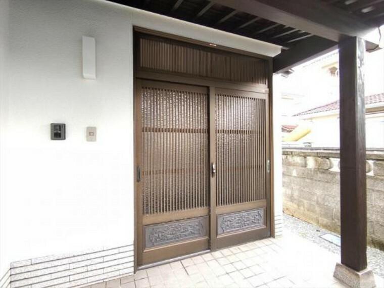 玄関 【リフォーム済】家の顔である玄関は鍵交換を行いました。以前の鍵は合わなくなりましたので、安心して生活できますよ。