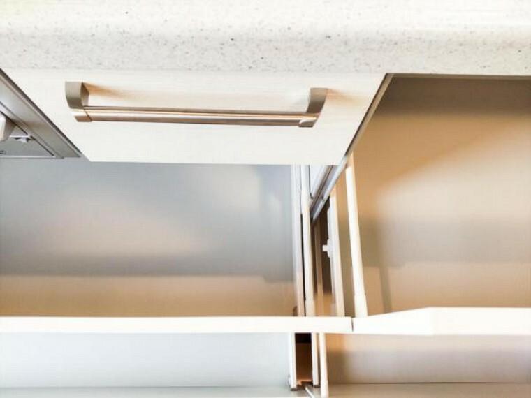 キッチン 【リフォーム済】新しく設置したキッチンの収納部は奥の物も取出しやすいスライド式キャビネットです。閉じるときにそっと閉まる指詰め防止つきでお手伝いをしてくれるお子様にも安心ですね。