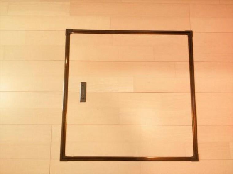 収納 【リフォーム済】キッチンに床下収納を設置しました。床下点検口を兼ねていて、もしものときはここから床下にもぐって配管の修繕ができます。 メンテナンスのしやすさにも配慮してリフォームした住宅です。