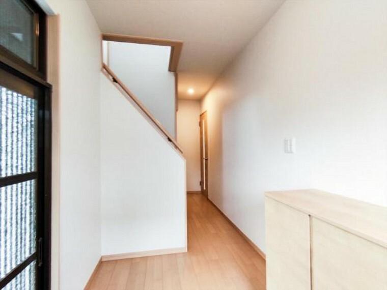 玄関 【リフォーム済】1階のホール、廊下は天井・壁のクロスと床材を貼替しました。木の温かみを感じさせる玄関先がお出迎えしてくれますよ。