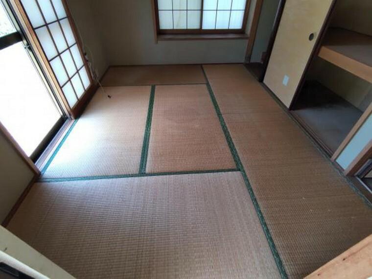 玄関横の6帖の和室です。畳の表替えと壁、天井はクロスを貼替え予定です。