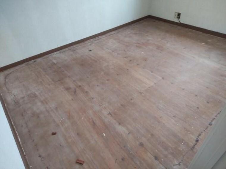 2階の洋室です。既存床を剥がし、フローリングを新規にて施工予定です。壁、天井はクロスを貼替え予定です。
