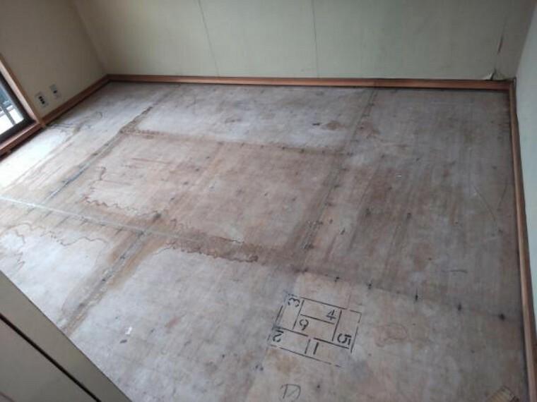2階の6帖の和室です。洋室に変更予定です。壁、天井はクロスを貼替え予定です。