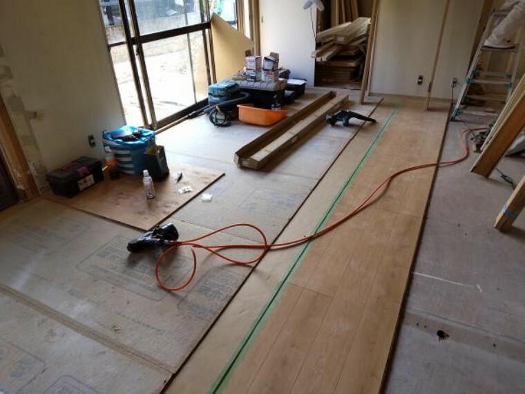 リビングに隣接している和室です。LDKの一部として洋室に変更します。壁、天井はクロスを貼替え予定です。