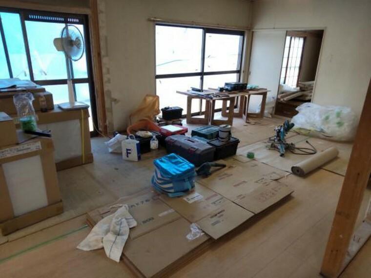 居間・リビング 和室に挟まれた洋室です。既存床を剥がし、フローリングを新規にて施工予定です。壁、天井はクロスを貼替え予定です。