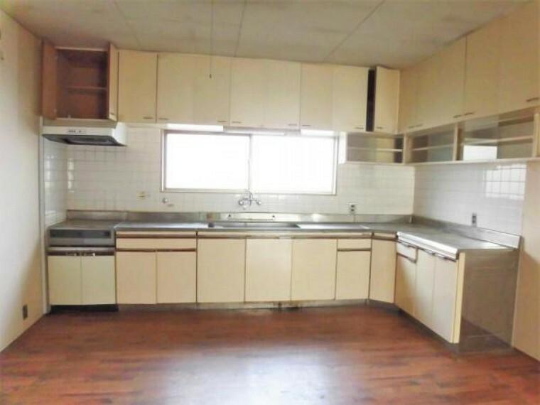 キッチン 【リフォーム前写真】キッチンの写真です。既存のキッチンは撤去して、新しくハウステック製のシステムキッチンを新設します。