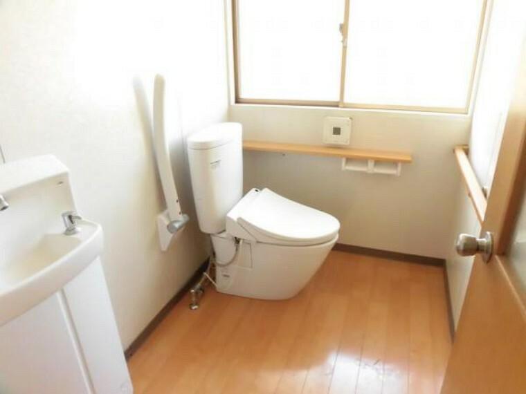 トイレ 【リフォーム前写真】トイレの写真です。既存のトイレは撤去して、リクシル製のトイレを新品交換します。直接肌に触れるトイレは新品が嬉しいですよね
