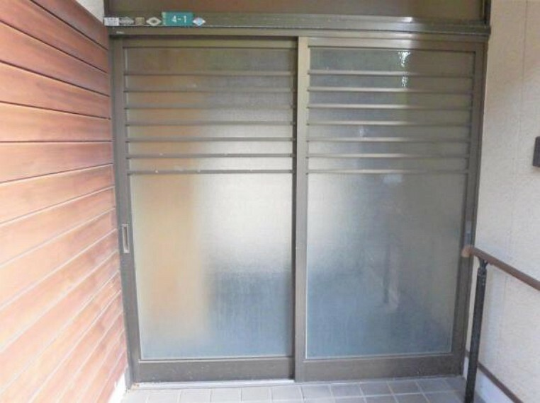 玄関 【リフォーム前写真】玄関外部の写真です。玄関ドアは新品交換します。玄関はお家の顔となる部分、お客様が最初に目にする場所だからこそ、第一印象が大切ですね。
