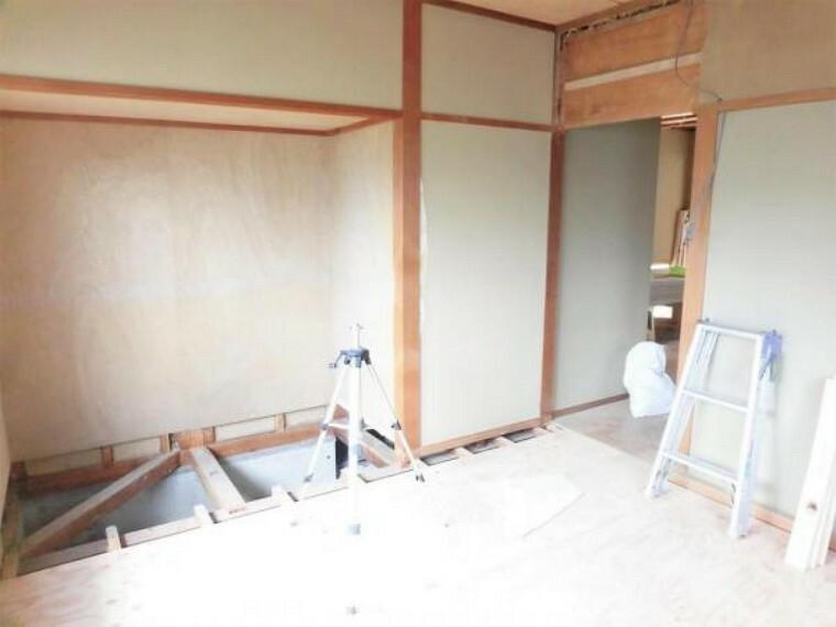 【リフォーム中写真】玄関左の和室4.5帖の写真です。5.5帖の洋室に間取り変更を行います。