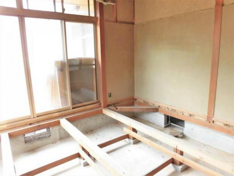 【リフォーム中写真】東側和室4.5帖の写真です。洋室6帖に間取り変更を行います。