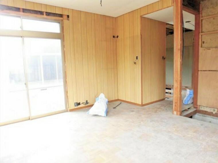 【リフォーム中写真】東側奥の洋室8帖の写真です。床フロアタイル張り、壁・天井クロス張替えを行います。