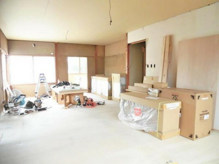 居間・リビング 【リフォーム中写真】リビングの写真です。床フロアタイル張り、壁・天井はクロス張替えを行います。システムキッチンも新品交換します。