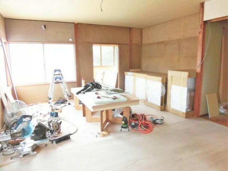 居間・リビング 【リフォーム中写真】和室の写真です。リビングと繋げて、広々LDK16帖に仕上げます。家族団欒の時間を楽しめる暖かい空間に仕上げます。