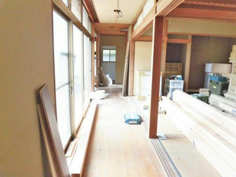 【リフォーム前写真】廊下の写真です。床フロアタイル張り、壁・天井クロス張替えをします。