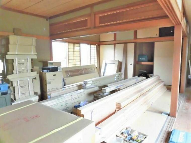 【リフォーム中写真】2間続きの和室の写真です。畳は表替え、襖・障子は張替えを行います。