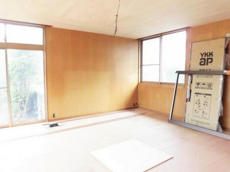【リフォーム中写真】玄関横の南側洋室12.5帖の写真です。床フロアタイル張り、壁・天井クロス張替えを行います。