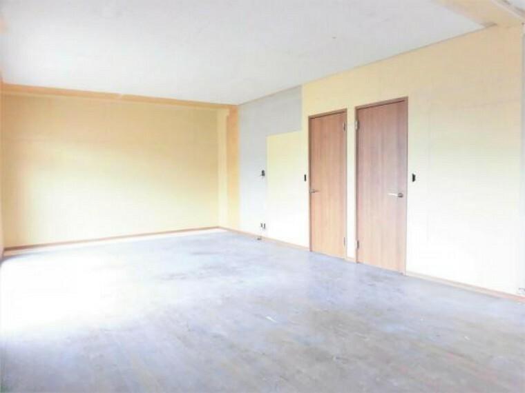 【リフォーム中写真】2階広々16帖洋室の写真です。床フロアタイル張り、壁・天井クロス張替えを行います。