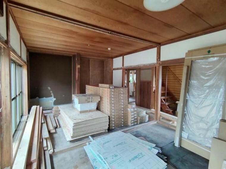 居間・リビング (リフォーム中)18帖のLDKはフローリング張替え、壁、天井はクロス張替えます。南側の窓から日差しが入るので家族で過ごす場所には嬉しいですね。照明も交換してエアコン1台設置します。