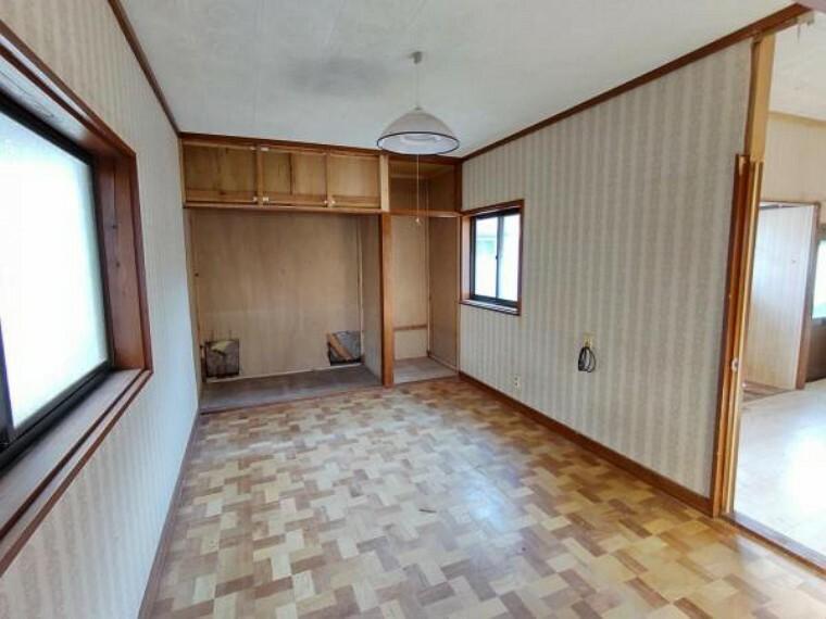 (リフォーム中)1階8.5帖の洋室はフローリング張替え、壁、天井のクロス張替えを行います。クローゼットも2か所設置するので、お荷物の多い方でも安心ですね。照明も新品に交換します。