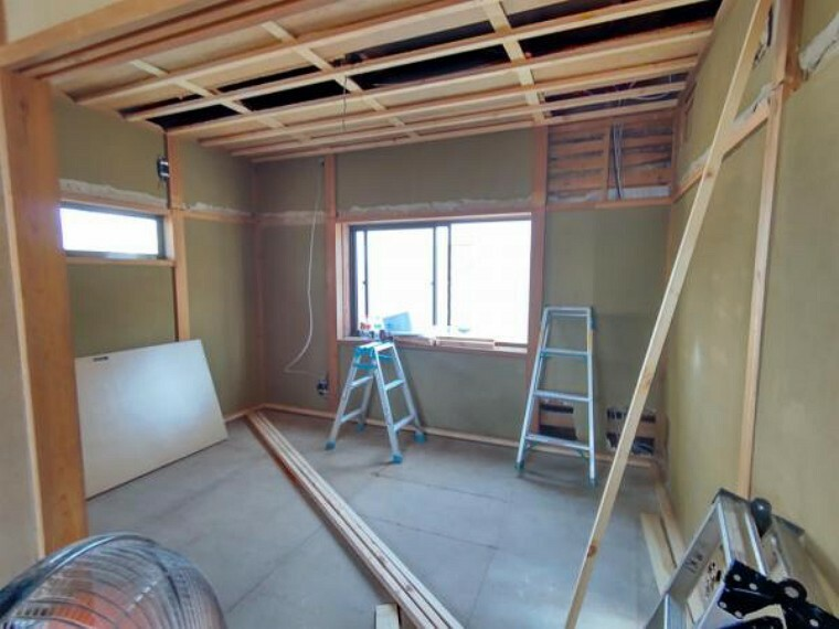 (リフォーム中)2階東側の6帖は和室から洋室に変更します。フローリング張替え、壁、天井はクロス張替えを行います。照明はシーリングライトに交換。クローゼットも設置するのでお部屋は広く使うことができますね。