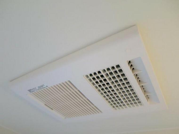 【同仕様写真】新品のユニットバスは浴室暖房乾燥機付きです。入浴後に換気機能を使って湿気を乾燥させることで、カビやニオイの発生を抑えられます。衣類乾燥、浴室乾燥、浴室換気、予備暖房、涼風の5つの機能があります。