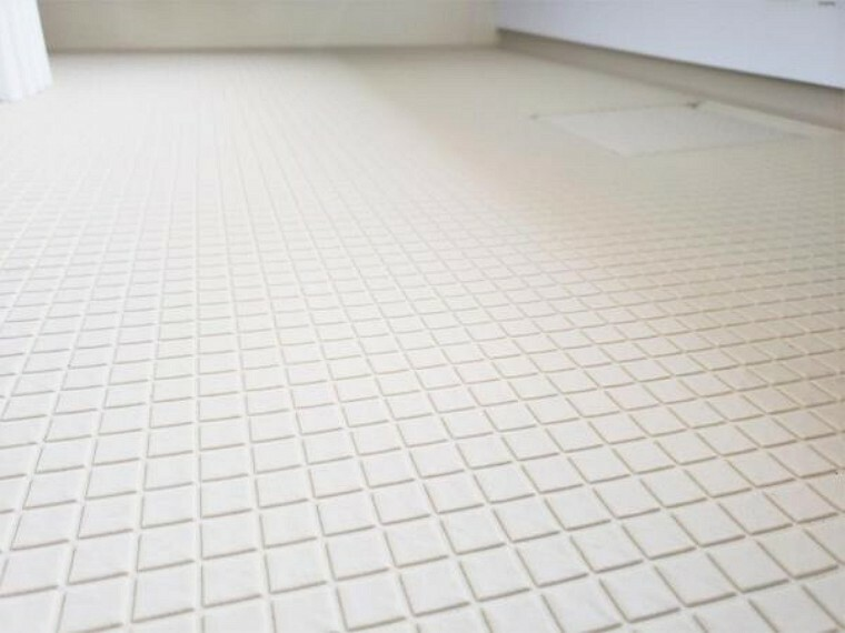 【同仕様写真】新品交換するユニットバスの床は規則正しいパターンの加工がされていて滑りにくくなっています。また、水はけがよく乾きやすいので、翌朝にはカラッと乾きます。