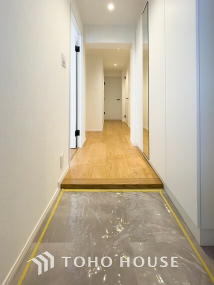 玄関 「玄関」明るく広々とした玄関は、開放感があり温かみを感じさせてくれます。シューズボックスも備えつけられていて、靴はもちろん掃除道具なども収納可能です。