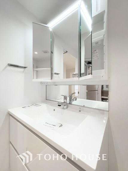 洗面化粧台 「リフォーム済・洗面台」すっきりとした印象にリフォーム済の洗面台は、機能的で収納も豊富~使い勝手良く、朝の忙しい支度もスムーズに過ごせます。