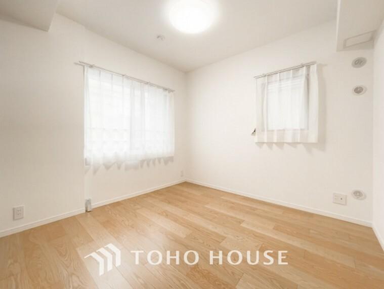 寝室 「居室」居室に窓が2ヶ所あるので、明るさの確保と、風の通り道ができることで換気のしやすいお家になっています。居室のドアを開けることなく空気が入れ替えられるので、一人で落ち着きたい時にも。