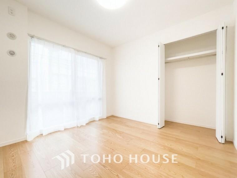 洋室 「居室」柔らかな木目がナチュラルで落ち着きのある空間を演出~採光面からの光との調和でとても暖かみのあるお部屋となります。