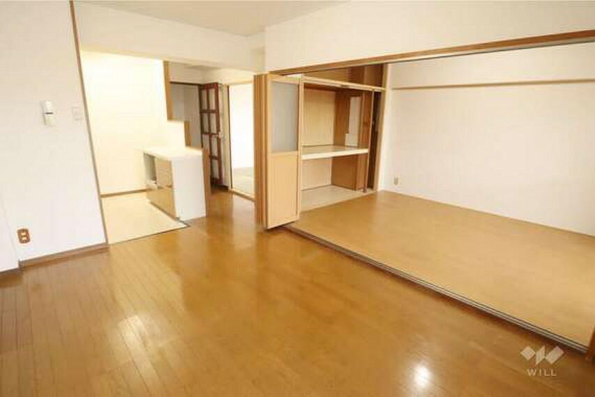 居間・リビング LDK約11.8帖。バルコニーに面して大きく窓がとられており、明るく快適です。