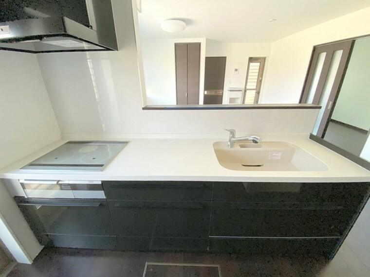 キッチン IHクッキングヒーターはフラット天板なのでお掃除も楽でキッチンが常に清潔に保てますね。