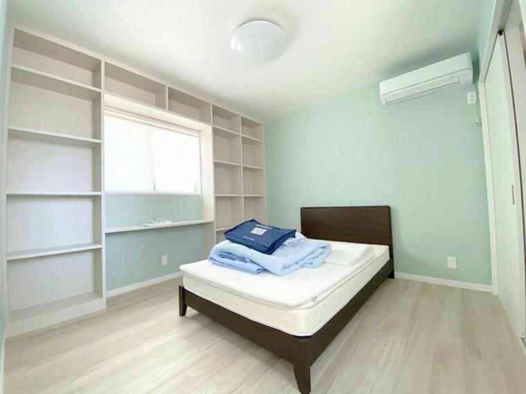 寝室 充分な広さの収納を備え、採光良好な洋室は、快適空間。プライベートの時間もゆったりお寛ぎ頂けますよ