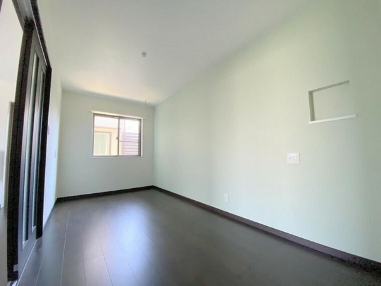 洋室 明るいお部屋には窓を開けると心地よい風が吹き込みます。