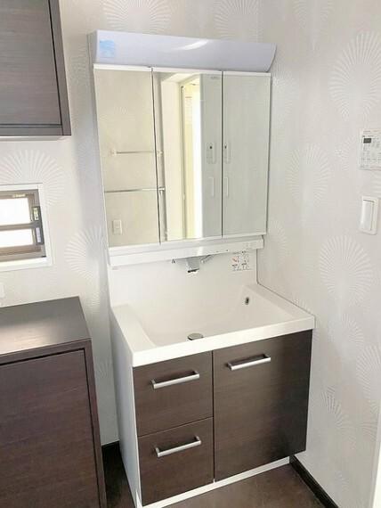 洗面化粧台 洗髪もできるように水栓の高さは調節可能です。小物の洗濯もできるように洗面台は広めになっています。シャワーにも切り替え可能です