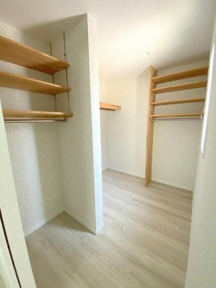 収納 2階主寝室には、大きなウォークインクローゼット完備。