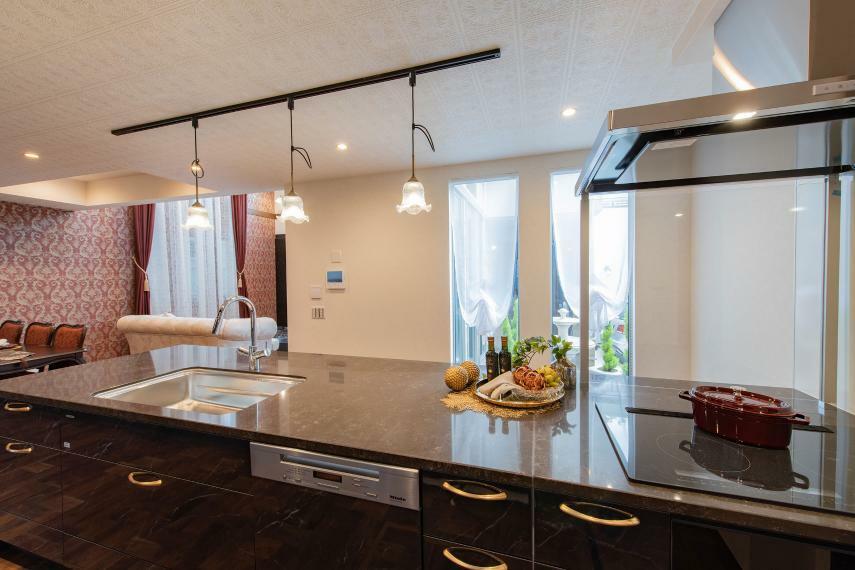 キッチン 天然水晶を主成分とした高級人造石のフィオレストーン天板を採用したシステムキッチン。汚れが染み込みにくく、お手入れも簡単で衛生的です。