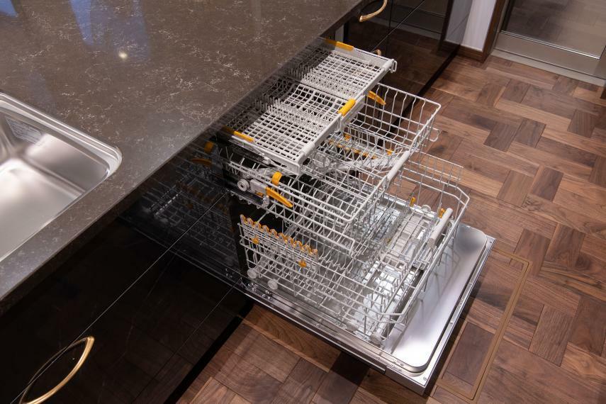 スライド式で幅、高さ、奥行きを調節出来るため、食器も鍋もまとめて洗える大容量食器洗い乾燥機。