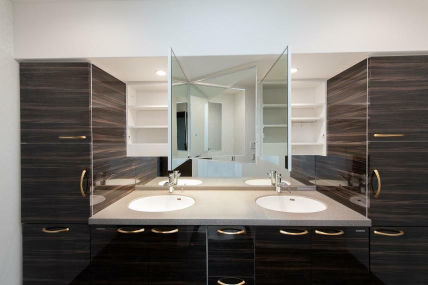 ホテルライクな2ボウルの洗面化粧台。人造大理石の天板は汚れが滲みにくくお手入れも簡単。