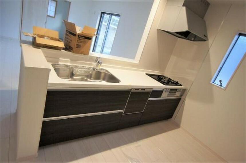 キッチン 対面式キッチンなら、テレビを見たり夫婦の会話を楽しみながら料理や洗い物をすることが可能です。