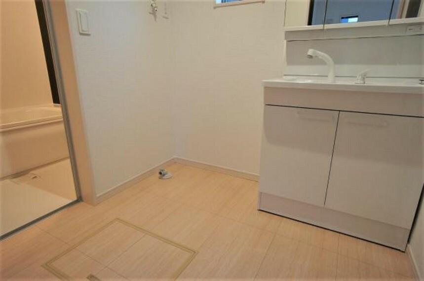 洗面化粧台 ゆとりある洗面室ですので、お子様の着替えや朝の身支度もスムーズにできますね。