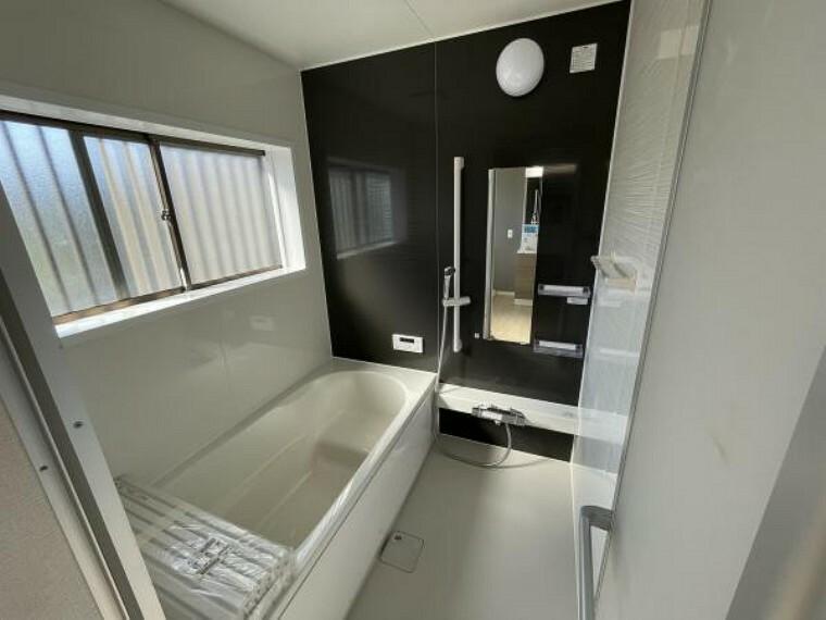 浴室 【リフォーム済写真】浴室は1坪タイプのハウステック製ユニットバスに新品交換しました。浴槽は 半身浴ステップ付きなので、足を伸ばしてゆったり半身浴が楽しめます。