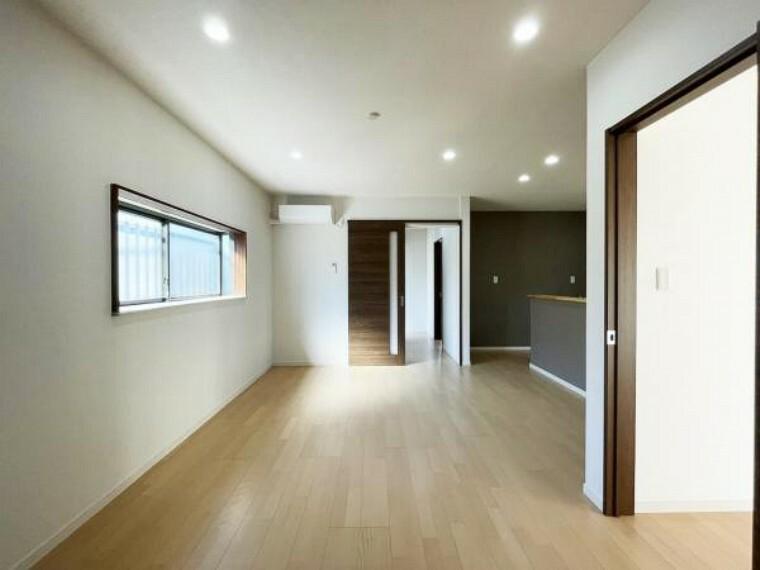 居間・リビング 【リフォーム済写真】リビング別アングル。壁天井クロス張替え、照明交換、エアコンも新品設置。家族団欒にぴったりの空間です。