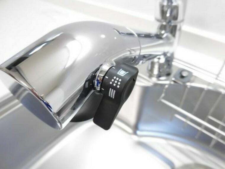 【同仕様写真】キッチンはハウステック製の新品に交換予定。水栓金具は「かゆい所に手が届く」シャワータイプ。浄水・原水の切り替えがワンタッチで出来ます。一体型の浄水器なので汚れにくくお手入れ簡単ですよ。