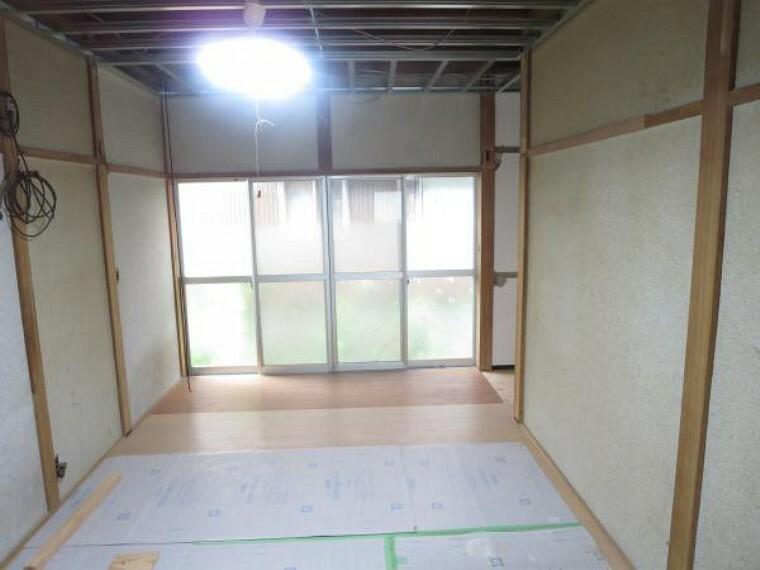 【リフォーム中8/27撮影】こちらは一階南側和室6帖の写真です。8帖の続き間を14帖のLDKに変更するので家族団欒広々使えます。
