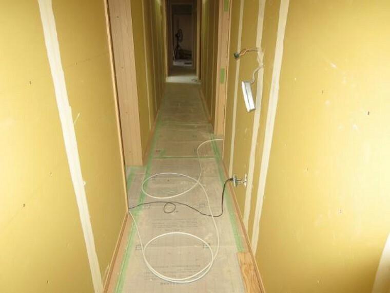 【リフォーム中8/27撮影】玄関を入って廊下の写真です。クロス、フローリングを新品にします。