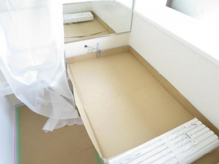 【リフォーム中8/27撮影】浴室はハウステック製の1坪タイプのユニットバスを新設予定。節水性能の高いお風呂ですよ。浴室に窓があるので換気もできてカビの抑制に繋がり嬉しいですね。